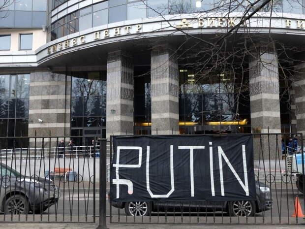 """В Петербурге у биржи """"повесили рубль"""""""