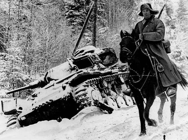 Кавалерист на фоне подбитого фашистского танка. СССР, война, история