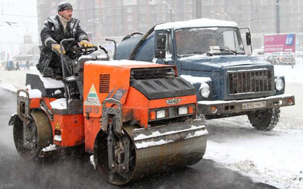 В дождь и снег продолжают ремонтировать дороги