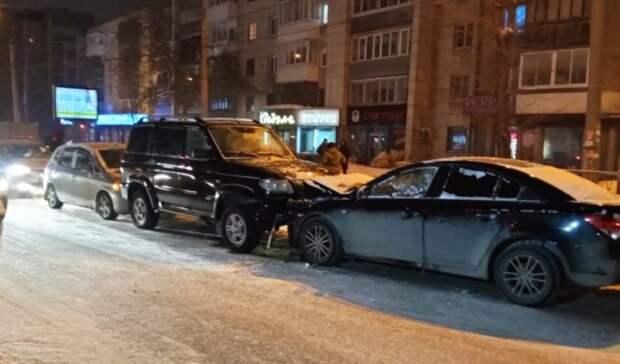 Лобовое ДТП своенным «УАЗом» устроил водитель вЕкатеринбурге ипытался сбежать