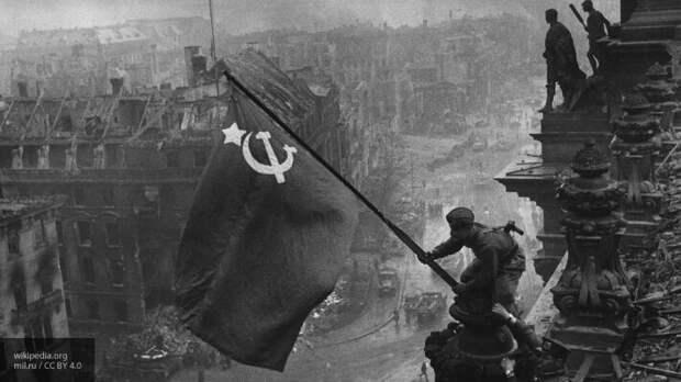 Facebook начал удалять знаменитую фотографию со Знаменем Победы над Рейхстагом