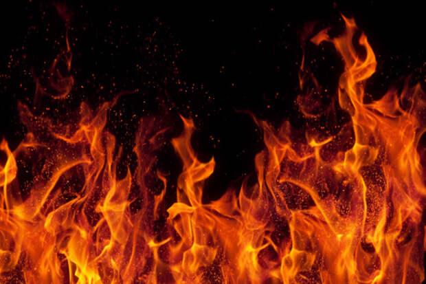 В подъезде дома на Селигерской загорелся мусор