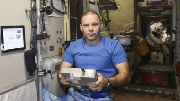 Космонавты на МКС начали бить себя штырем по пальцу и прижигать руку термощупом