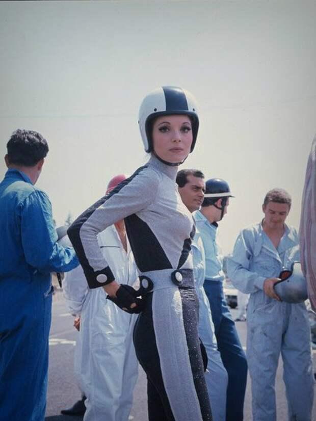 Итальянская актриса Эльза Мартинелли на автодроме в Риме, 1967 год