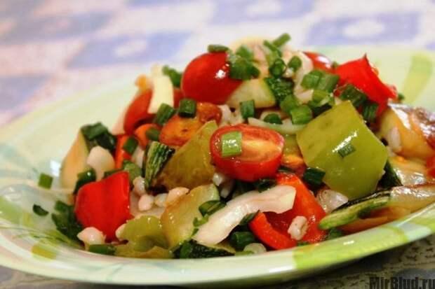 Теплый салат из помидоров и болгарского перца
