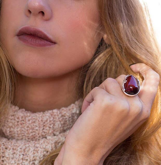 Кольцо с красным янтарем