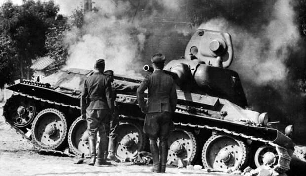 """Немецкие солдаты у подбитой """"тридцатьчетверки""""."""