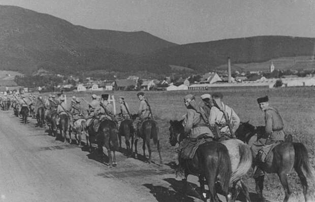 Колонна советских кавалеристов на марше по дороге в Румынии СССР, война, история