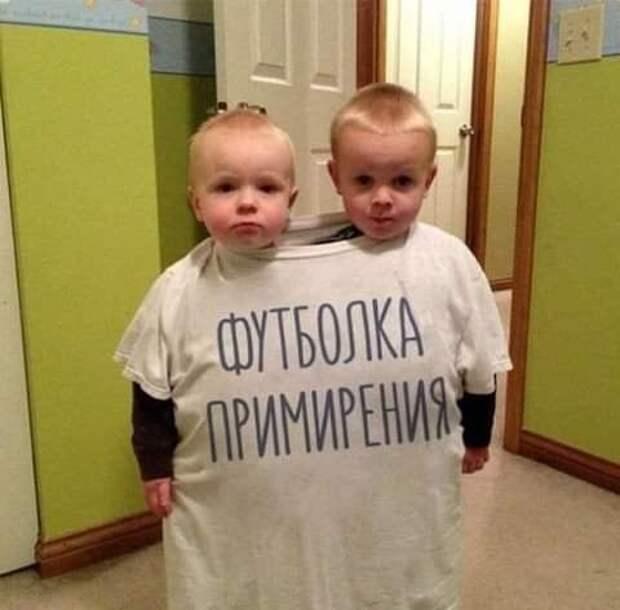 Возможно, это изображение (1 человек, ребенок, стоит и текст «футболка примирения ирения»)