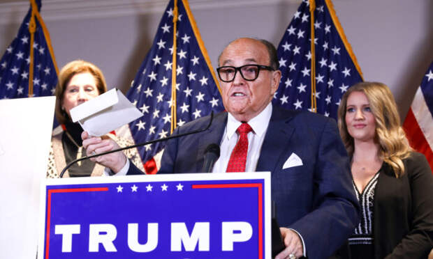 Адвокат Трампа и бывший мэр Нью-Йорка Руди Джулиани разговаривает со СМИ на пресс-конференции в штаб-квартире Национального комитета Республиканской партии в Вашингтоне 19 ноября 2020 года