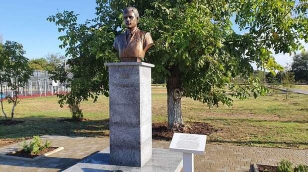 В поселке Октябрьское установили памятник Герою России Косачеву