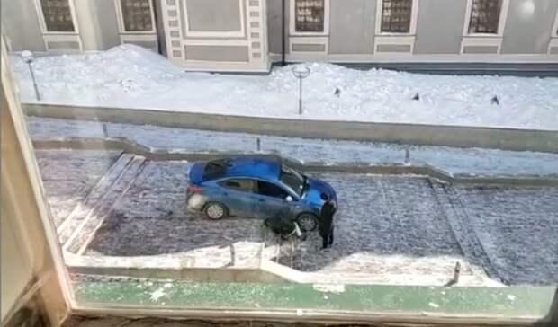 Иномарка застряла на лестнице в Казанском Кремле