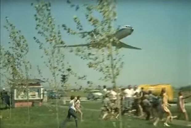 Трюк с экстремальной посадкой самолете в «Невероятных приключениях итальянцев в России» история, кино, факты
