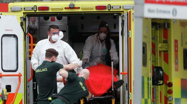 Медицинские сотрудники в защитных костюмах, доставляют пациента в больницу Святого Томаса в Лондоне, Британия - РИА Новости, 1920, 03.10.2020