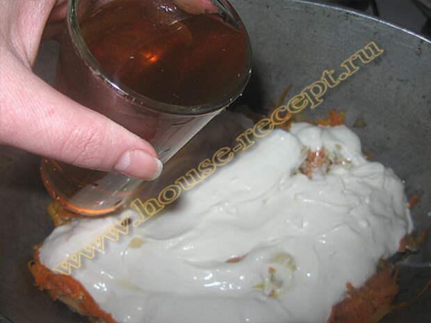 Рыбу с овощами заливаем сметаной и водой с грибов