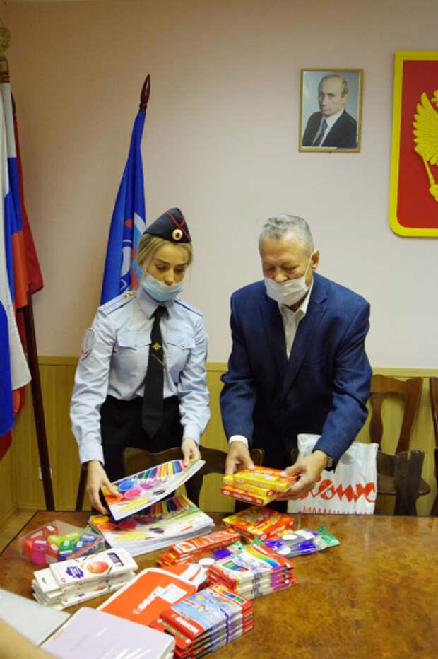 Член Общественного совета при УВД по ЮВАО посетил волонтерскую организация по сбору помощи для школьников. Фото: Пресс-служба УВД по ЮВАО