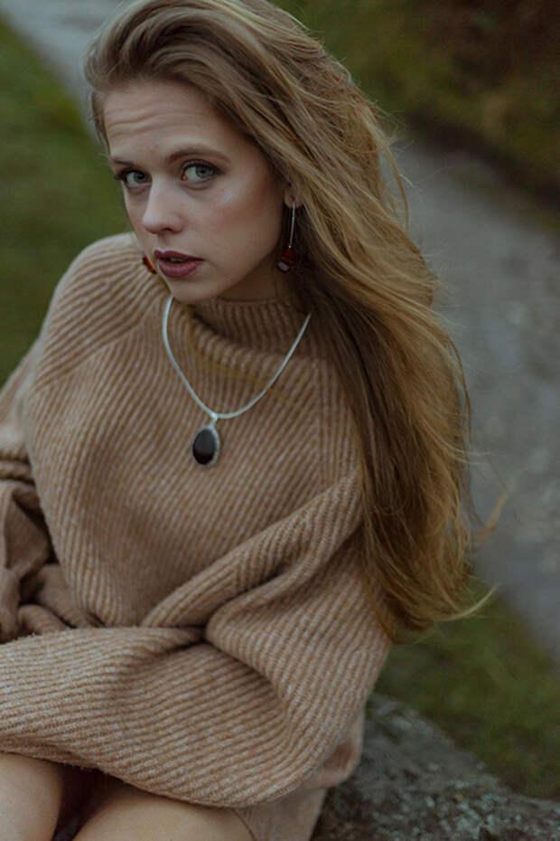 Черный кулон со свитером