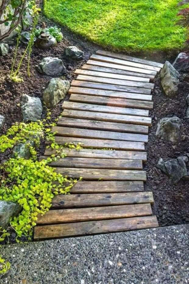 Деревянная дорожка вносит пасторальную нотку в ландшафтный дизайн. /Фото: i2.wp.com