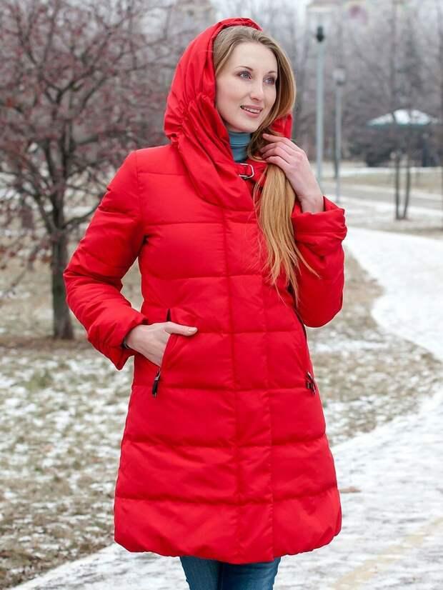 Красный пуховик подчеркивает черты лица. /Фото: i2.wp.com