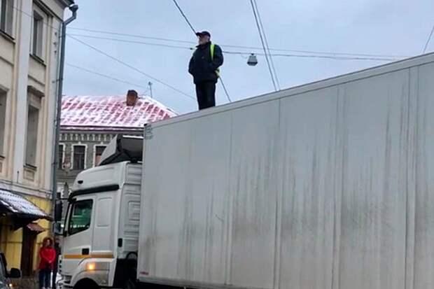 Требуя выплаты долгов по зарплате, водитель фуры перекрыл дорогу и остановил движение в Москве