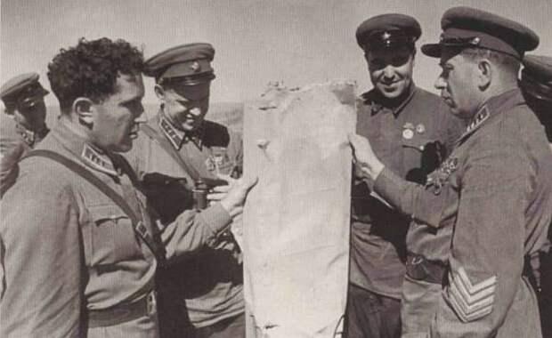 Я. Смушкевич демонстрирует командному составу 1-й АГ кусок обшивки сбитого японского самолета