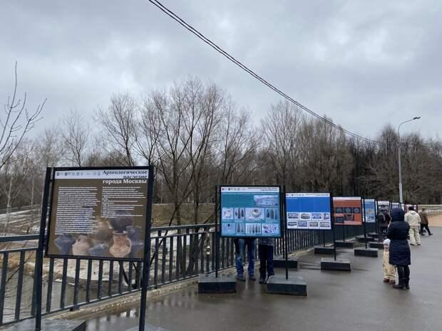 В сквере по Олонецкому проезду открылась археологическая фотовыставка