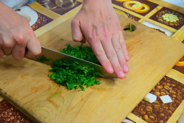 Для зеленого масла измельчаем зелень видео, еда, котлета по киевски, своими руками, сыктывкар, юмор