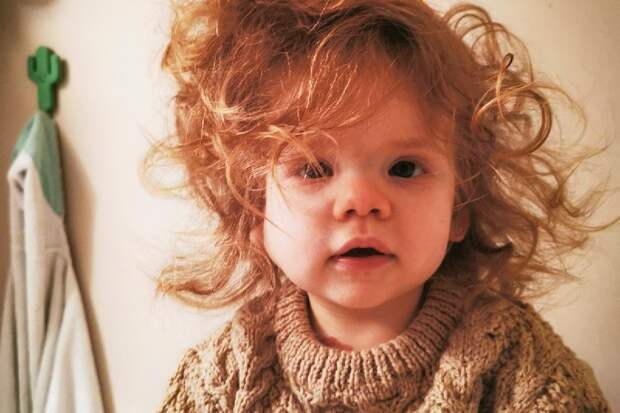 Златовласка: девочка с роскошной копной волос умиляет пользователей соцсетей