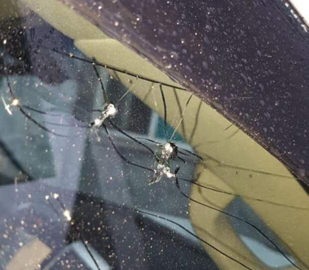 Неизвестные расстреляли автомобиль депутата Заксобрания