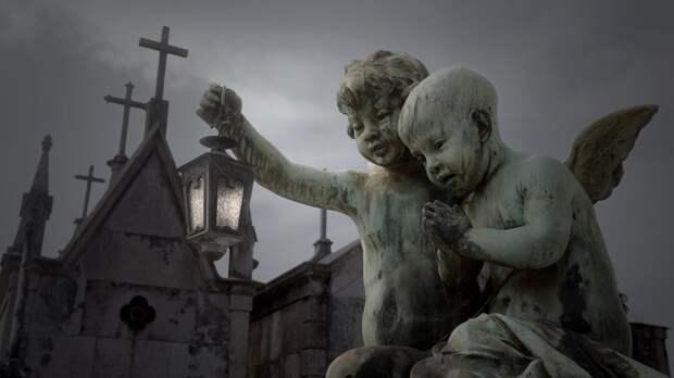 Фигуры ангелочков на кладбище