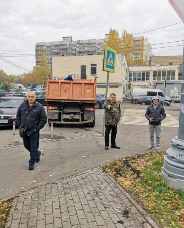 Глава управы оценил работы по установке детской площадки в Валдайском