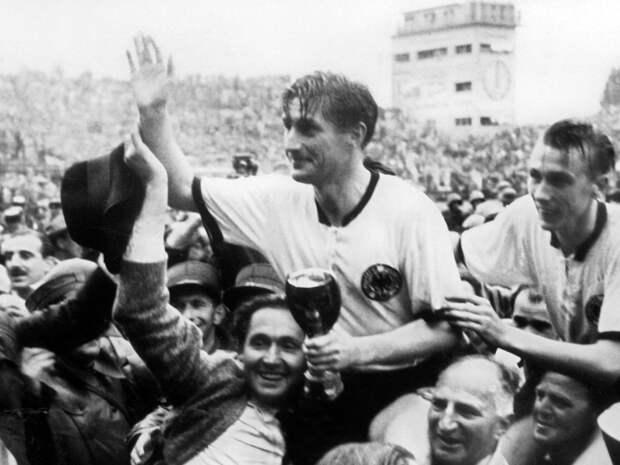 Сборная ФРГ в 1954 году выиграла золото ЧМ, победив великую сборную Венгрии. И все благодаря персональной опеке