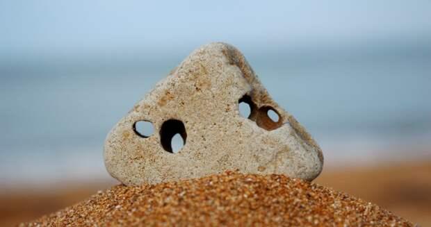Секрет «куриного бога»: почему камни сдырочкой ценятся вовсем мире