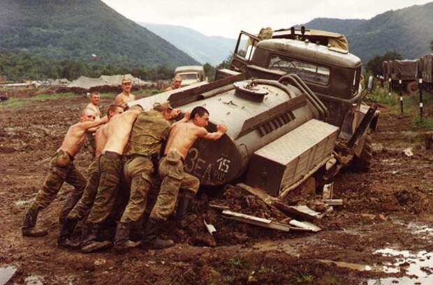 Чечня, 2000 год: солдаты ВС РФ выталкивают застрявший в грязи Урал-бензовоз.