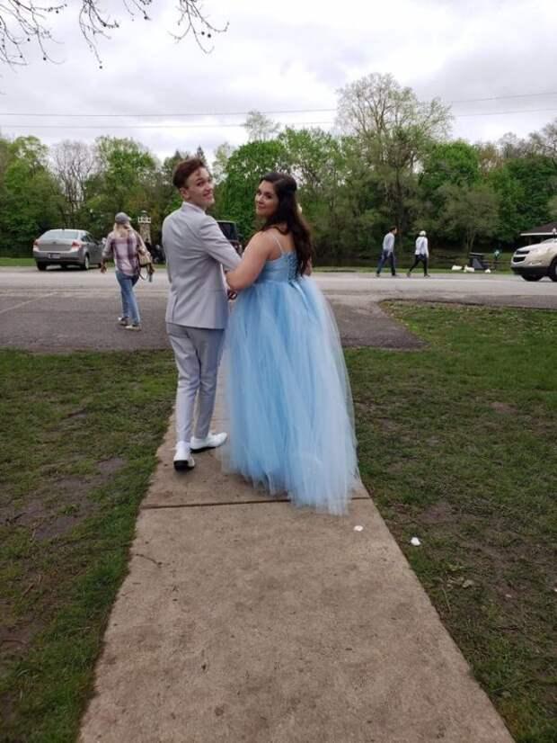 Подросток делает потрясающее платье с нуля после того, как узнает дату выпускного вечера, не может позволить себе платье своей мечты