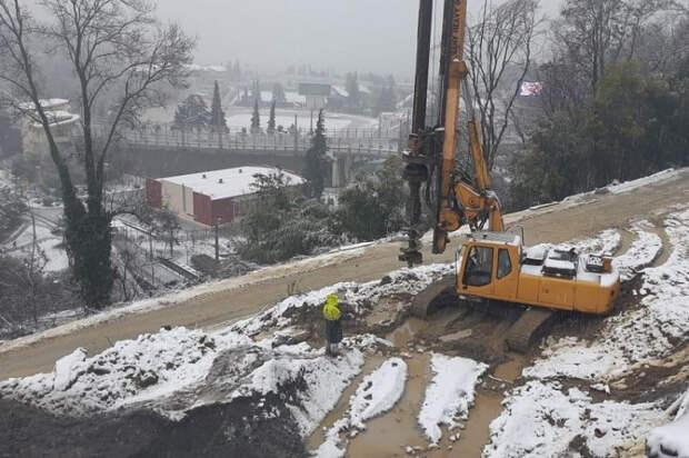 В Сочи приступили к восстановлению дороги после оползня