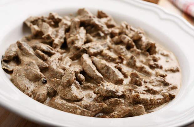 Бефстроганов по графскому рецепту: 500 грамм мяса и стакан сметаны