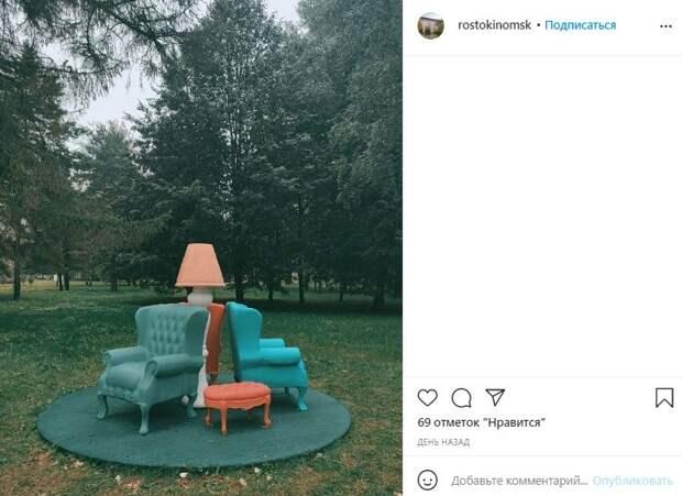 Фото дня: ампирные кресла в «Саду Будущего» вызвали интерес у жителей района
