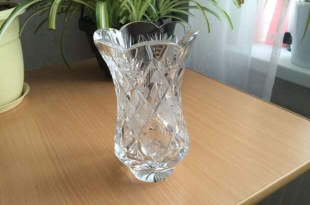 Декоративный фонтан из старой хрустальной вазы