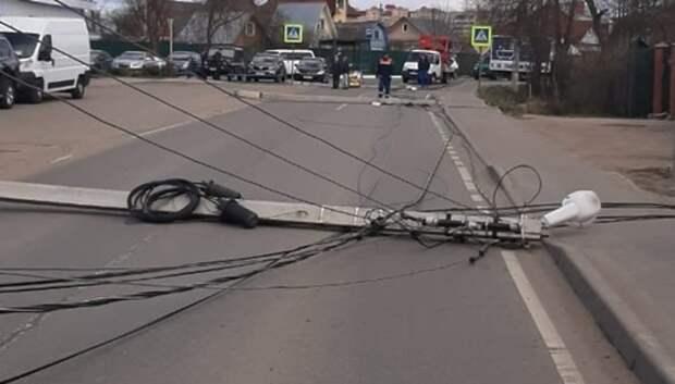 Упавшие фонари перекрыли улицу Суворова в Подольске