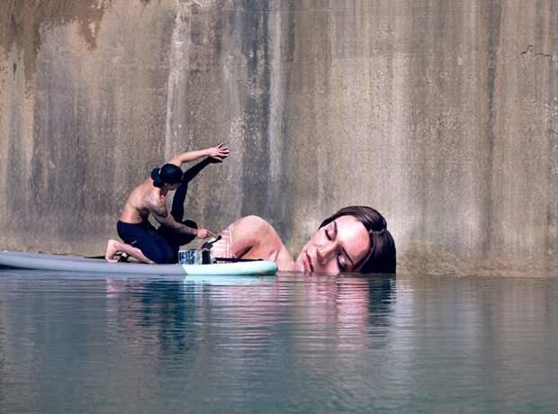 Женщины, выходящие изводы,— творение художника, балансирующего надоске для серфинга