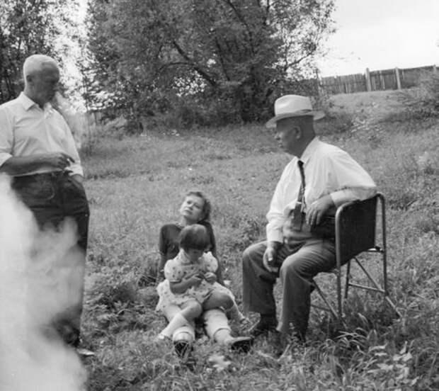 Никита Хрущев, Роман Кармен и неизвестная женщина с ребенком