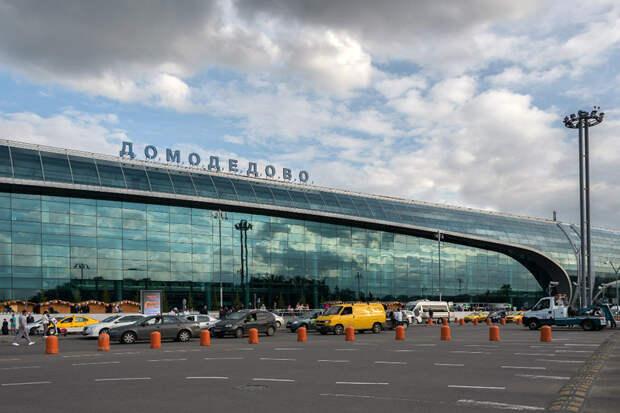 Полуголый мужчина устроил скандал в аэропорту Домодедово