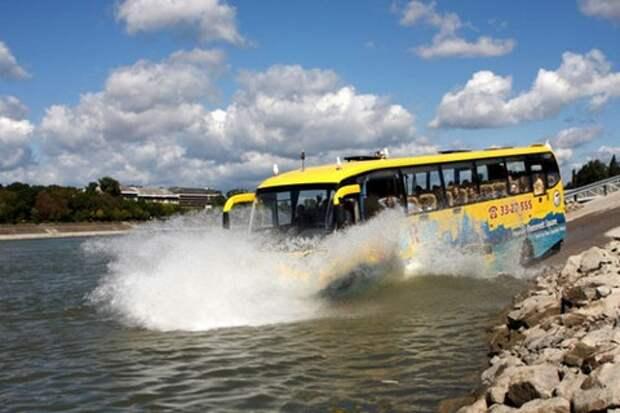 Переплывём мы речку на... автобусе!