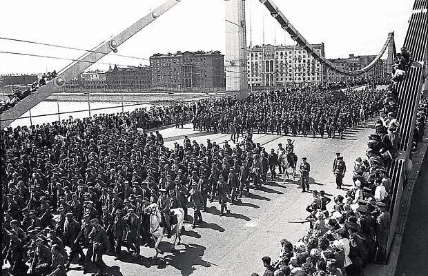 после чего улицы были демонстративно выметены ивымыты. Вермахт потерпел тяжелейшее поражение, однако потери Красной армии также оказались весьма высокими— почти 178 500 убитыми.