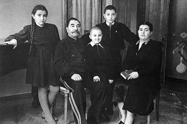 Семен Михайлович с семьей