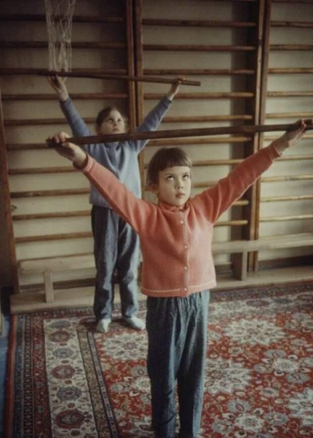Дети, занимающиеся лечебной физкультурой. Москва, 1970-е годы.