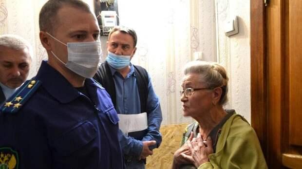 В Севастополе пенсионерке три года не могут починить пол в квартире после аварийного ремонта труб