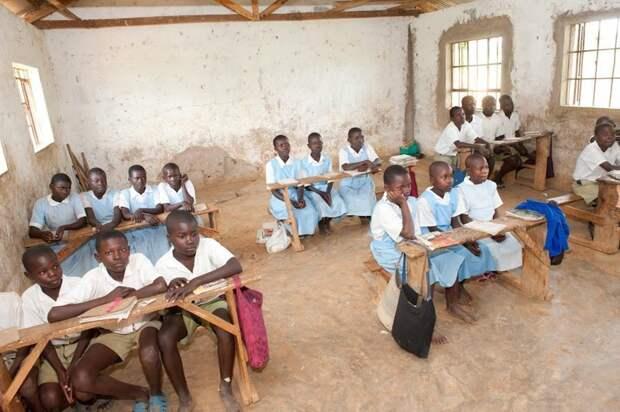Школа в Кении. Здесь уже и мебель попроще, и с полом в классе беда. Но тут хотя бы есть стены прикол, школа, юмор