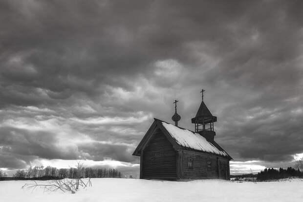 Часовня Святого Пахомия Кенского в деревне Карпова находится на восточном берегу Долгого озера. Одно из самых высоких мест на Кенозерье.